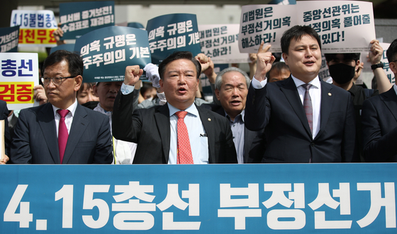 Rep. Min Kyung-wook, center, holds a rally in front of the Supreme Court on May 7 before filing a suit to invalidate the outcome of the April 15 general elections. Min lost to his DP rival Chung Il-young last month.  [YONHAP]