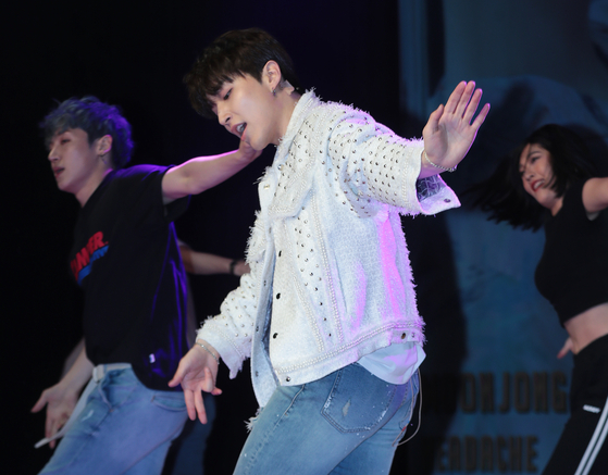 """Moong Jong-up performers his single """"Headache"""" during a showcase on May 7 at the Ilchi Art Hall. [ILGAN SPORTS]"""