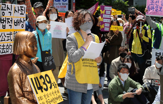 Lee Na-young, head of the Korean Council for Justice and Remembrance for the Issues of Military Sexual Slavery by Japan, speaks at a weekly Wednesday rally calling to resolve the comfort women issue in front of the old Japanese Embassy in central Seoul. [KIM SANG-SEON]