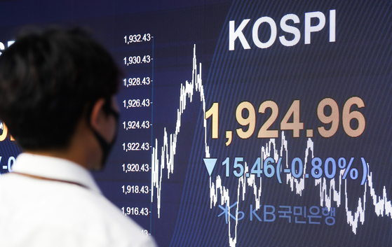 The screen in the dealing room of Hana Bank in Jung-district, central Seoul shows the benchmark Kospi for May 14. [YONHAP]