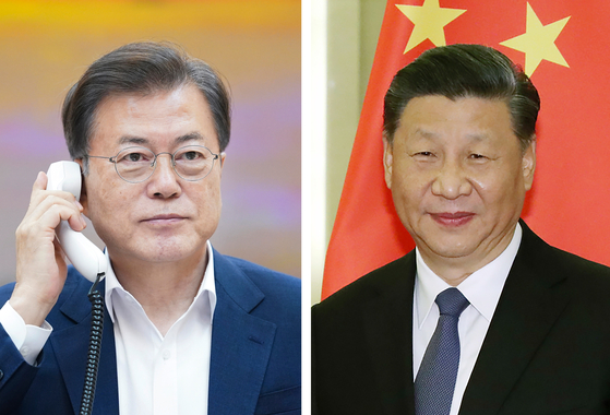 President Moon Jae-in, left, had a phone conversation with Chinese President Xi Jinping, right, on Wednesday night.  [YONHAP]