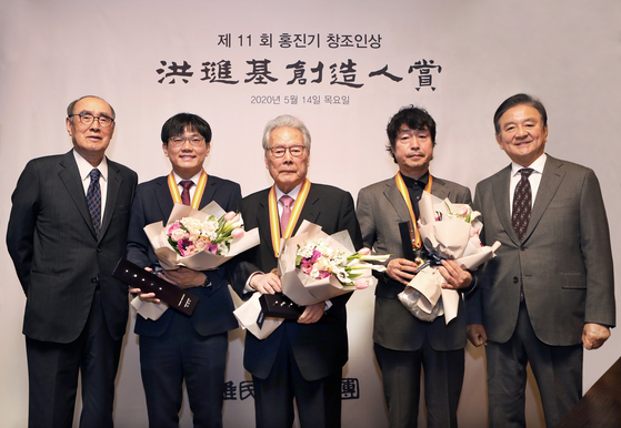 Recipients of the 11th Yumin Awards held Thursday at the Westin Chosun in central Seoul. From left: Lee Hong-koo, former prime minister and current chairman of the board of the Yumin Cultural Foundation; Chang Hye-shik, professor in the Department of Biological Sciences at Seoul National University; former culture minister Lee O-young; playwright and director Koh Sun-woong; and JoongAng Holdings Chairman Hong Seok-hyun. [PARK SANG-MOON]