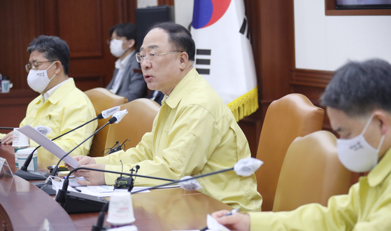 Finance Minister Hong Nam-ki, second from right, speaks during a government emergency economic council meeting on Thursday at the government complex in central Seoul. [YONHAP]