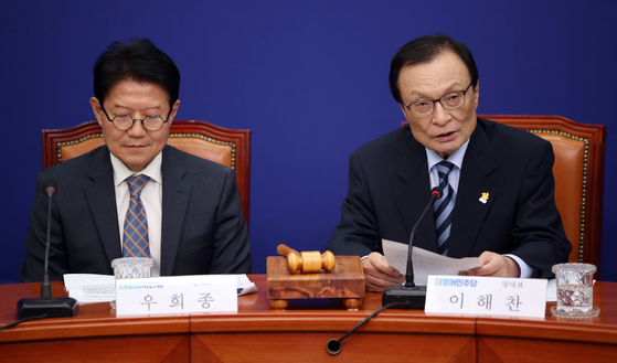 Citizen Party Chairman Woo Hee-jong, left, and Democratic Party Chairman Lee Hae-chan at a meeting to finalize the two parties' merger on Wednesday.  [YONHAP]