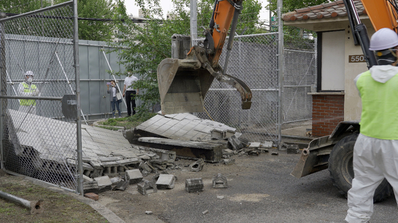 Walls of the U.S. military officers' quarters at the former U.S. Army base in Yongsan District, central Seoul, are being demolished by a wrecking crew on Thursday. [MINISTRY OF LAND, INFRASTRUCTURE AND TRANSPORT]