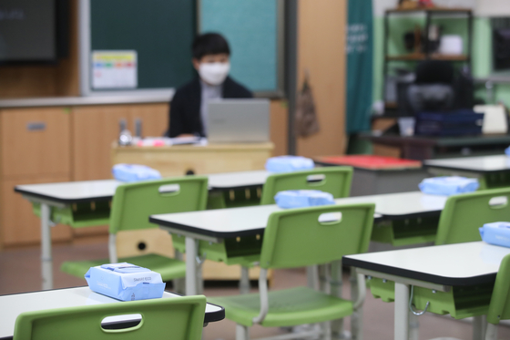 Wipes sit atop classroom desks at an elementary school in southern Seoul as teachers prepare for the reopening of classes. [YONHAP]