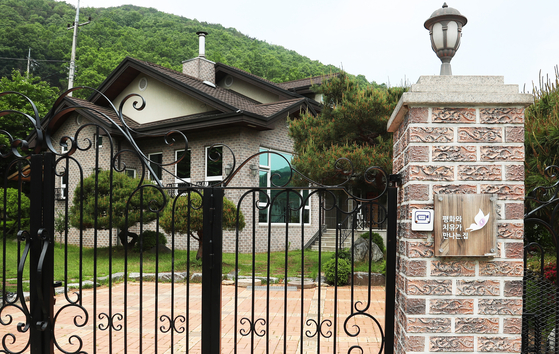 """The gates are shut Sunday at a house in Sangjung-ri, Geumgwang-myeon, in the city of Anseong in Gyeonggi, that was supposed to be used as a facility for """"comfort women"""" victims. The house was purchased by a civic group in 2013 reportedly at much higher price than the market value . [YONHAP]"""