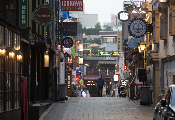 A street in Itaewon-dong, central Seoul, is relatively empty over the weekend after a cluster of infections emerged at several night clubs in the area throughout this month. [YONHAP]