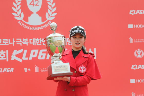 Park Hyun-kyung poses for a photo with the trophy after wining the 42nd KLPGA Championship at Lakewood Country Club in Yangju, Gyeonggi. [YONHAP]