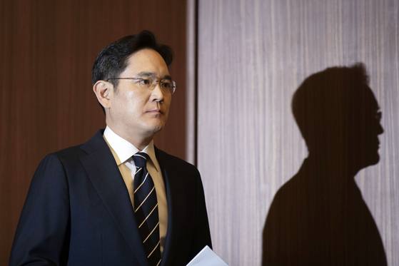 Samsung Electronics Vice Chairman Lee Jae-yong enters a conference room at the company's office in Seocho-dong, southern Seoul, on May 6 to apologize for past wrongdoings. [YONHAP]