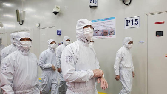 Samsung Electronics Vice Chair Lee Jae-yong, second from right, examines the semiconductor plant in Xian of Shaanxi Province, China, on Monday. [SAMSUNG ELECTRONICS]