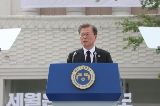 President Moon Jae-in gives a speech at the 40th anniversary ceremony of the May 18, 1980, Gwangju Democratization Movement on Monday.  [YONHAP]