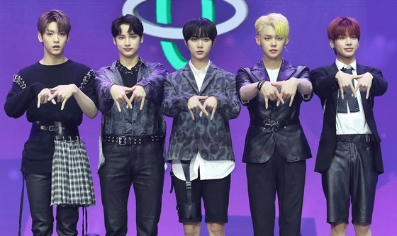 """Tomorrow X Together stands for photos at the showcase for its second EP """"The Dream Chapter: Eternity"""" held on Monday at the Yes24 Live Hall in eastern Seoul. [ILGAN SPORTS]"""