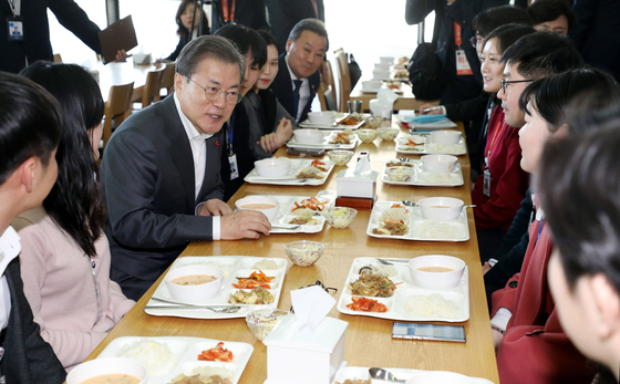 President Moon Jae-in, far left, joins a lunch with newly hired civil servants at a cafe in the Central Government Complex in Sejong, Jan. 21. [JOINT PRESS CORPS]
