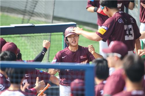 Byeong Sang-kwon of the Kiwoom Heroes, center, is congratulated by his teammates after scoring a run during a game against the LG Twins on May 17. [YONHAP]
