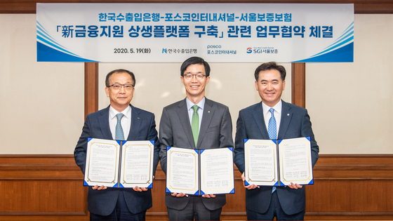 From left are Posco International President and CEO Joo Si-bo, Export-Import Bank of Korea Chairman and President Bang Moon-kyu and SGI President and CEO Kim Sang-taek. The three organizations on Tuesday signed a business agreement to support small- and mid-sized components manufacturers. [POSCO INTERNATIONAL]
