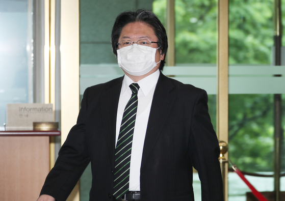 Hirohisa Soma, a senior official from the Japanese Embassy in Korea, enters the Foreign Ministry building in central Seoul Tuesday. Seoul lodged a formal complaint over Tokyo's claims over the Dokdo islets in its 2020 Diplomatic Bluebook. [YONHAP]