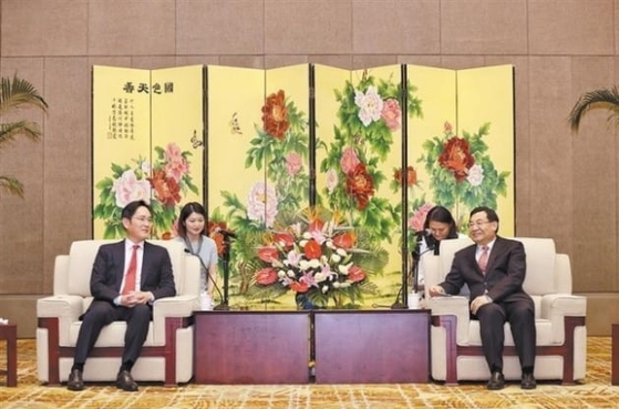 Samsung Electronics Vice Chairman Lee Jae-yong, left, speaks with Hu Heping, Communist Party Secretary of Shaanxi Province, on May 18 during his trip to China. [SHAANXI DAILY]