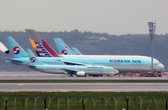 Korean Air planes are still grounded at Incheon International Airport as overseas travel is still limited due to the coronavirus pandemic. Profits for airlines declined sharply in the first quarter of this year. [YONHAP]