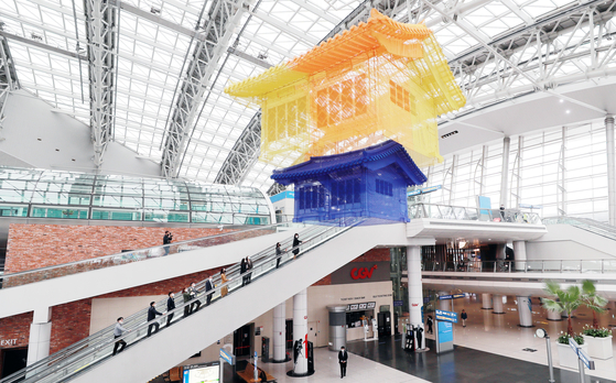 A piece by artist Seo Do-ho exhibited at Incheon International Airport's Terminal 1 on Tuesday. The airport is also displaying the works of two other artists, Bahk Seon-ghi and Je Baak. The airport said the goal of the exhibition is to introduce Korean culture to foreign travelers at the airport. [YONHAP]