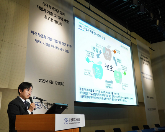Bae Choong-sik, vice president of the Korean Society of Automotive Engineers, speaks at a seminar Tuesday in central Seoul.