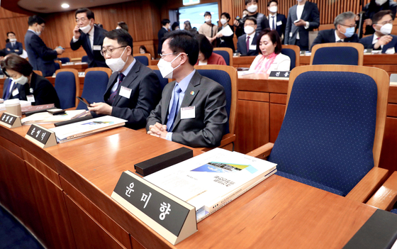The seat for Democratic Partylawmaker-elect Yoon Mee-hyang at a National Assembly seminar for first-termrepresentatives is empty on Wednesday.  [OH JONG-TAEK]