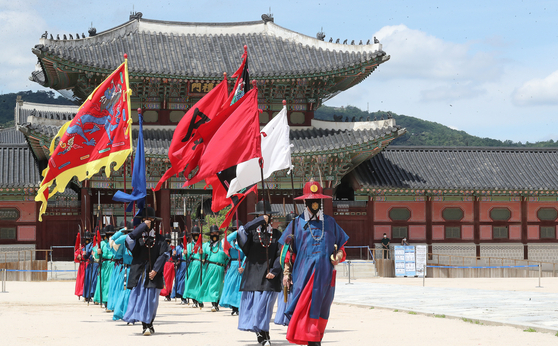 Re-enactors resume the change of guard ceremony, which had been suspended due to the coronavirus outbreak, at Gyeongbok Palace in central Seoul on Wednesday. The ritual is carried out everyday except for Tuesdays. [NEWS1]