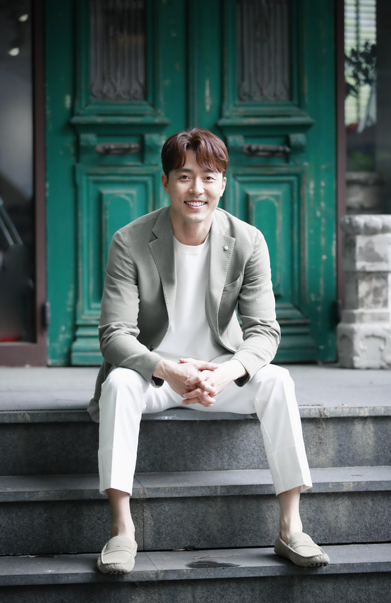 """Lee Mu-saeng, who plays Kim Yoon-ki in the hit JTBC drama series """"The World of the Married"""" poses at a cafe in Gangnam District, southern Seoul, on May 18, before meeting with the press. [NEWS1]"""