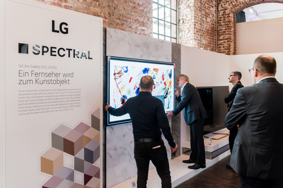 European officials look at the 2020 LG OLED TV. [LG ElECTRONICS]