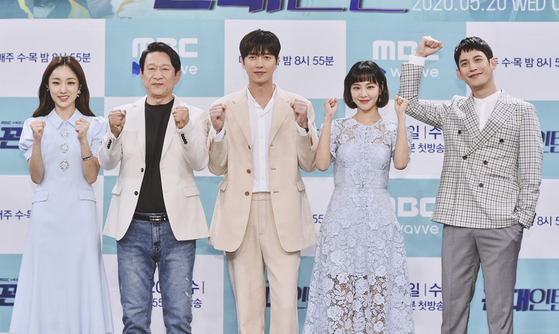 "From left, actors Park Ah-in, Kim Eung-soo, Park Hae-jin, Han Ji-eun and Park Ki-woong pose for photos at an online press event for their drama series 'Kkondae Intern"" on MBC. The story starts off with Yeol-chan (played by Park Hae-jin) working as an intern under a horrible boss, Man-sik (played by Kim Eung-soo). [ILGAN SPORTS]"