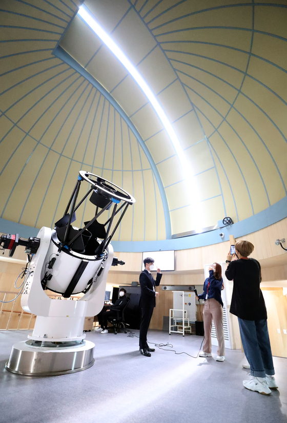 An official discusses a telescope at Miryang Arirang Space Observatory on Thursday. The National Miryang Weather Science Museum and Miryang Arirang Space Observatory held a joint opening ceremony in Miryang, South Gyeongsang, on Thursday. [YONHAP]