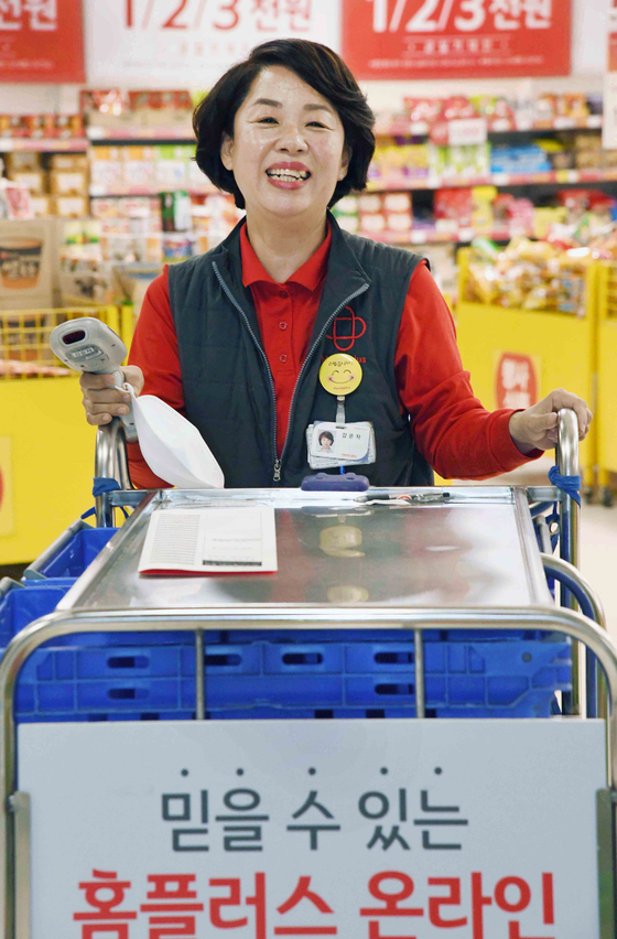 Kang Eun-ja, a picker at Homeplus Kintex branch, picks items. [HOMEPLUS]
