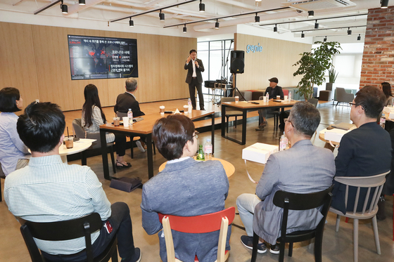 KT CEO Koo Hyun-mo speaks to venture capitalists about ways to find business opportunities in the Covid-19 crisis, in Gangnam, southern Seoul, Thursday. [KT]