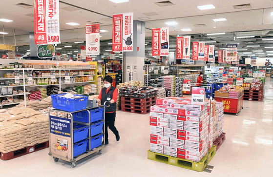 Pickers pick up items at Homeplus Kintex branch in Goyang, Gyeonggi on May 15. The store is empty because it is early in the morning before the store opens. [HOMEPLUS]