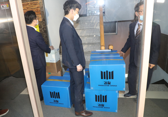 Prosecutors move boxes of seized materials from the Korean Council for Justice and Remembrance for the Issues of Military Sexual Slavery by Japan on Thursday after a 12-hour raid. [YONHAP]