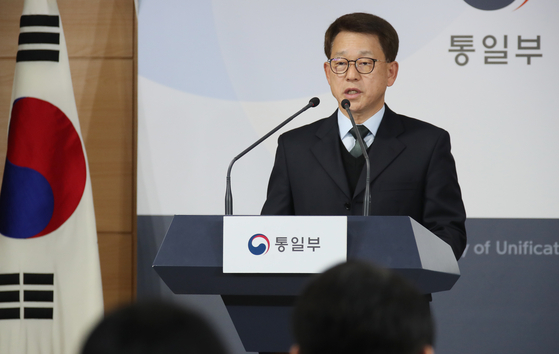 Unification Ministry spokesman Yoh Sang-key delivers a regular press briefing at the Central Government Complex in central Seoul on Sunday. [YONHAP]