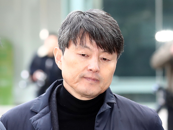 Former Vice Mayor of Busan Yoo Jae-soo enters the Seoul Eastern District Court on Nov. 27, 2019 to attend a detention warrant hearing.  [YONHAP]