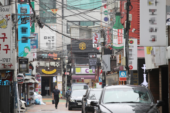 "Alcoholic establishments newly classified as ""high-risk"" by the government on Friday line a street in Sinchon-dong, western Seoul. [YONHAP]"