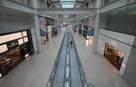 A duty-free store in the Incheon International Airport is empty on April 22, hit by the coronavirus pandemic. [YONHAP]