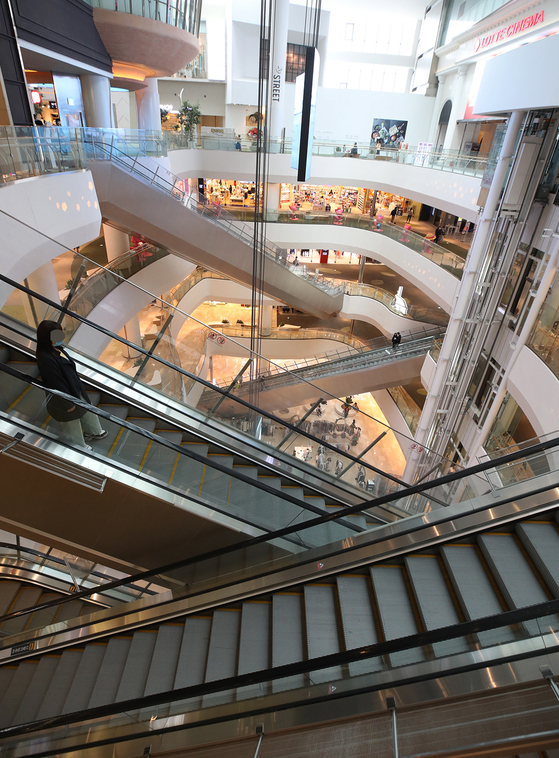 Lotte World Mall in Songpa District, southern Seoul, is quiet on Sunday, with few visitors. [YONHAP]