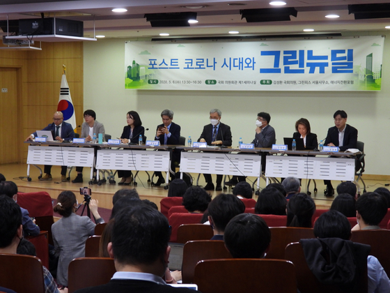 Panelists debate how to achieve a Green New Deal in the post-coronavirus era at the National Assembly on May 6. [KANG CHAN-SU]