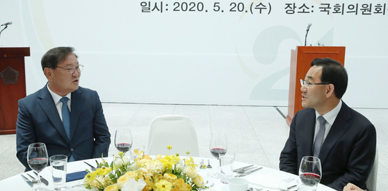 Rep. Kim Tae-nyeon, floor leader of the ruling Democratic Party, left, talks to his opposition counterpart, United Future Party Rep. Joo Ho-young, last week during a luncheon for the first-time lawmakers-elect at the National Assembly. [YONHAP]