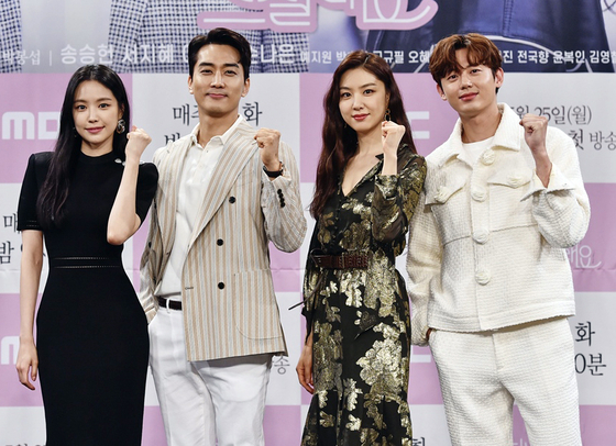 """From left, actors Son Na-eun, Song Seung-heon, Seo Ji-hye and Lee Ji-hoon pose for the camera at an online press event for MBC drama series 'Dinner Mate."""" Adapted from the Daum webtoon with the same title, the story centers on the brimming romance between therapist Kim Hye-kyung (played by Song) and online content producer Woo Do-hee (played by Seo) as they become dinner mates. [ILGAN SPORTS]"""