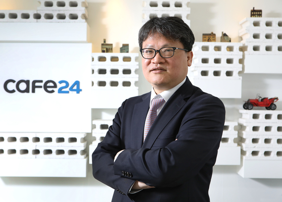 Cafe24 CEO Lee Jae-suk talks about the company's 20 years in online shopping during an interview with the Korea JoongAng Daily on April 22, at Cafe24's headquarters in Dongjak District, southern Seoul. [PARK SANG-MOON]