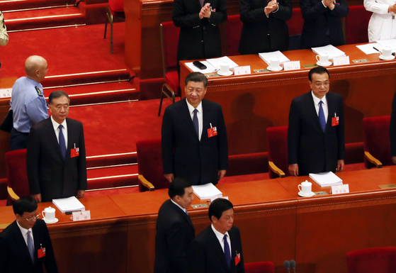 Chinese President Xi Jinping, center, attending the Chinese parliament meeting held in Beijing on Friday. The Chinese government decided not to set a growth target this year amid the coronavirus pandemic. [YONHAP]