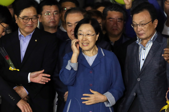 Former Prime Minister Han Myeong-sook, center, is released from Uijeongbu Prison of Gyeonggi on Aug. 23, 2017 after completing a two-year term. She was convicted in 2015 for receiving illegal political funds, but the ruling party claims she was wrongfully convicted and demanded a probe into the case. [YONHAP]