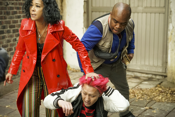 """The film was set in Itaewon because it was the most adequate place to run across all sorts of """"misfits"""" far from the mainstream society. Above, Cho-mi tries to wrestle out clues from a suspicious-looking man (played by real-life drag artist Nana Kim) with the help of a delivery guy Jeong-bok, who is Korean by heritage (played by actor Terris Brown). [TRIPLE PICTURES]"""