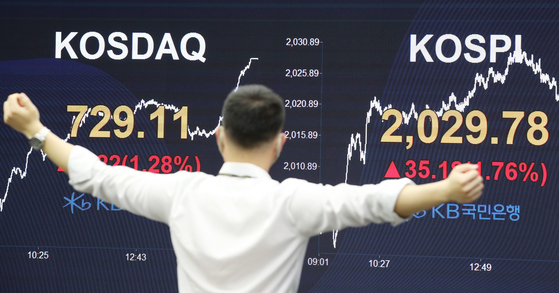 An employee looks at the benchmark Kospi index displayed on the screen attached to the walls of dealing room of KB Kookmin Bank, in the financial district of Yeouido, western Seoul, Tuesday. [YONHAP]