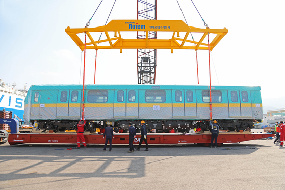 Hyundai Rotem employees prepare a new Cairo Metro Line 3 subway car for shipping. Hyundai Rotem announced Tuesday that it has shipped eight of the 256 subway cars for Cairo Metro Line 3 in Egypt, which will connect the city's east and west with major stops including Cairo International Airport and the central Attaba shopping district. [HYUNDAI ROTEM]
