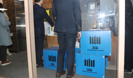 Prosecutors conduct a raid of the Korean Council for Justice and Remembrance for the Issues of Military Sexual Slavery by Japan's office in Mapo District, western Seoul, on May 21. [YONHAP]